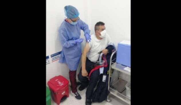 Comienza vacunación de guardias de seguridad contra la covid-19  en Colombia