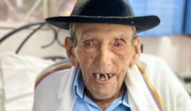 Don Pastor, primer anciano en ser vacunado en Apulo