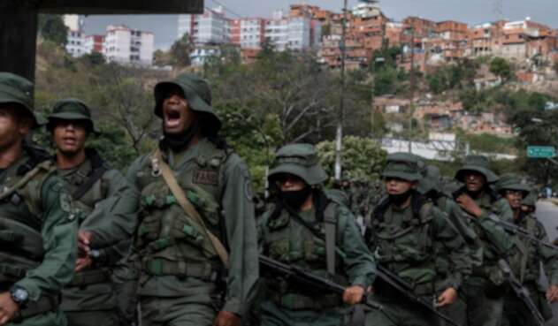 Miembros de la Guardia Nacional Bolivariana enfrentados con disidencias.
