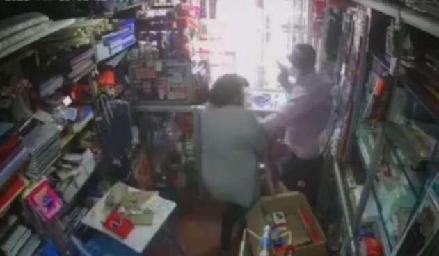 Ladrón golpea mujer en Bogotá