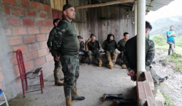 Militares retenidos por indígenas