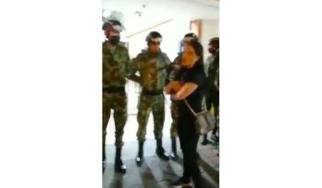 Mujer golea a soldado en el Cantón Norte