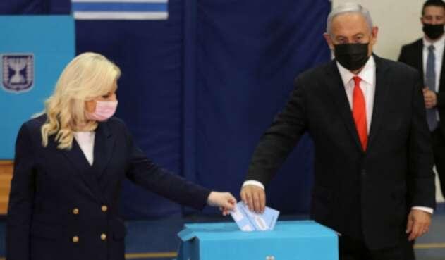 Netanyahu votando en las elecciones en Israel