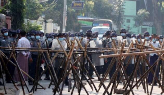 Policía en Birmania está disparando contra los manifestantes.