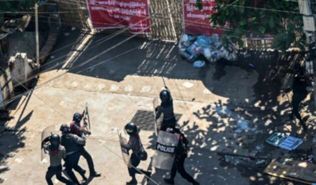 Acusan a policías de agredir a manifestantes en protestas en Birmania