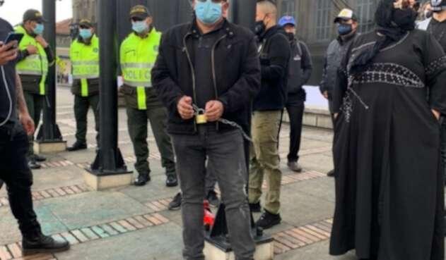 Voceros de gremio de bares y eventos se encadenan ante alcaldía de Bogotá, reclamando ayudas