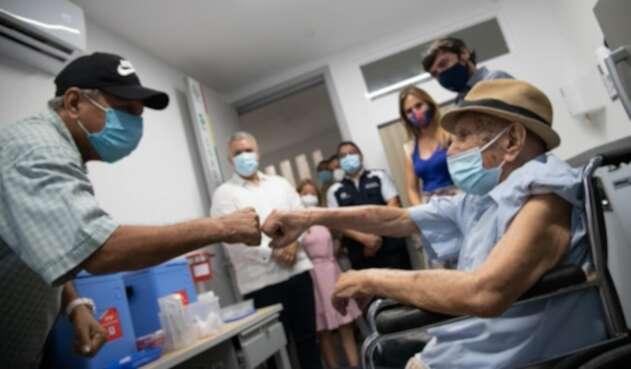 Adel Mass Arcón de 97 años se convierte en el vacunado un millón en Colombia