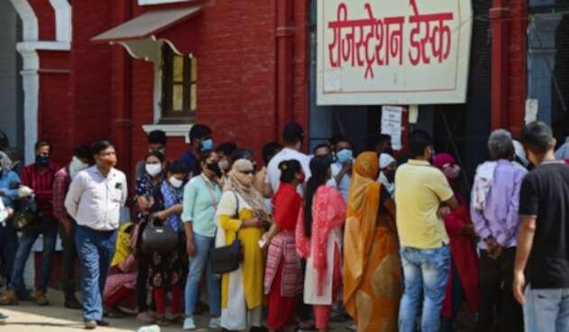 Largas filas para realizarse pruebas de coronavirus en India