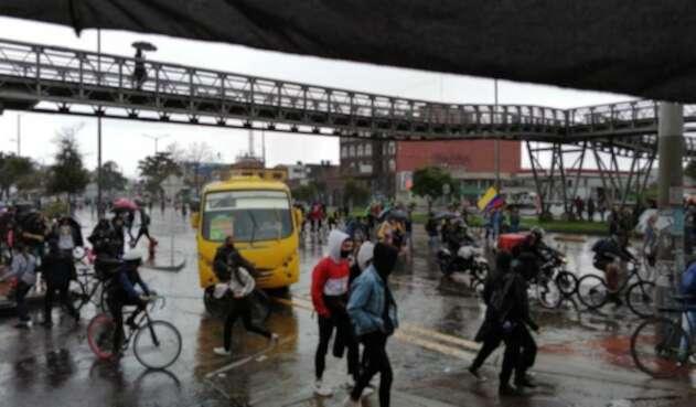 Manifestación del paro nacional avanza en medio de la lluvia