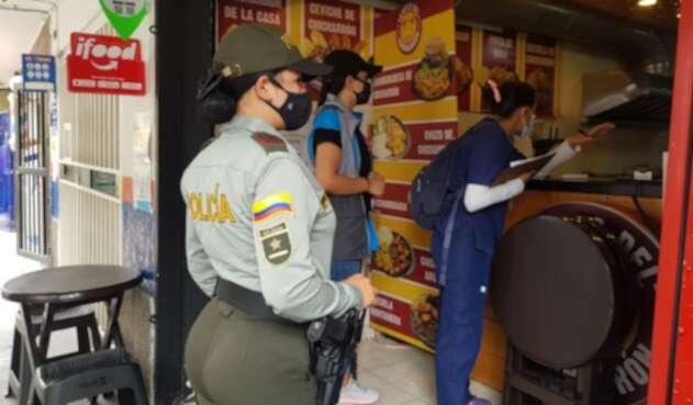 Vigilan cumplimiento del toque de queda en Medellín
