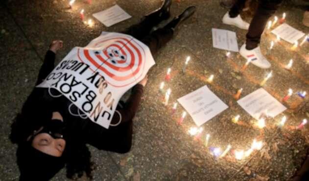 Protesta en contra de los jóvenes que han sido atacados durante las manifestaciones en Colombia.
