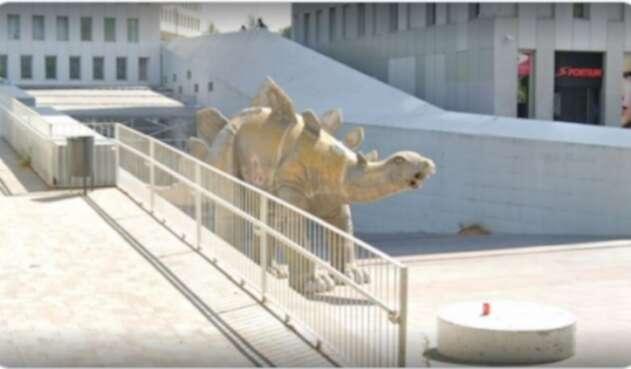 Cadáver dentro de estatua de dinosaurio