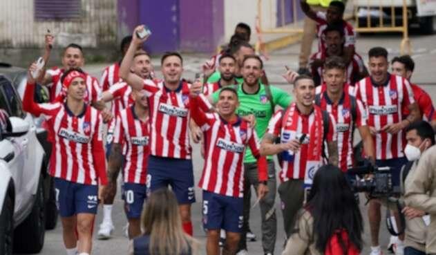 Jugadores del Atlético celebran el título con sus hinchas