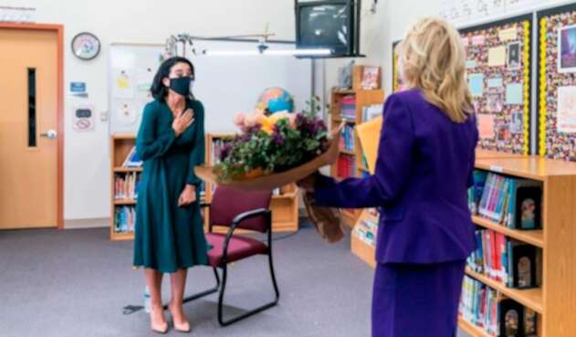 Juliana Urtubey, docente colombiana, es felicitada por Jill Biden