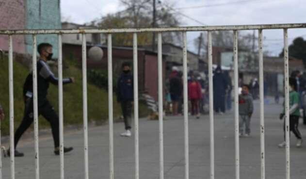 Niños en Argentina juegan fútbol en medio de pandemia por coronavirus.