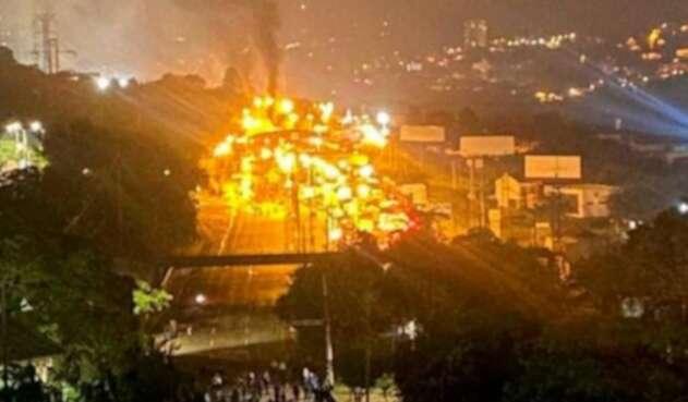 Quema de peaje en Niquía durante protestas de mayo 2021