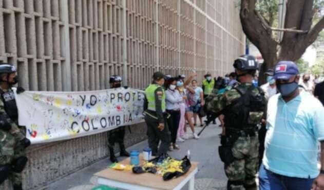 Los militares pintaron un letrero para indicar que ellos protegen la vida