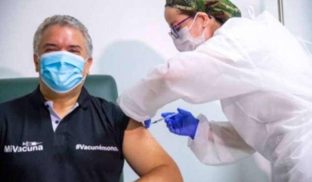 Iván Duque fue vacunado contra la covid-19