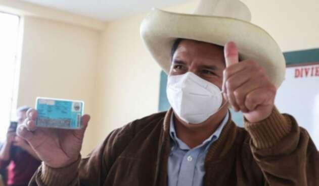 Pedro Castillo tras emitir su voto en las elecciones en Perú