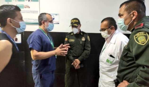 Médicos del HUs y policia recibiendo diagnóstico de uniformado herido