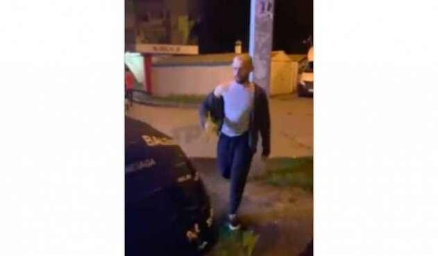 Saca granada en medio de riña callejera