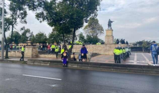 Indígenas intentaron derrumbar estatua de Cristóbal Colón y hubo enfrentamientos con Policía.