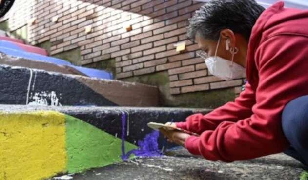 Claudia López pinta escalera LGTBI en Bogotá