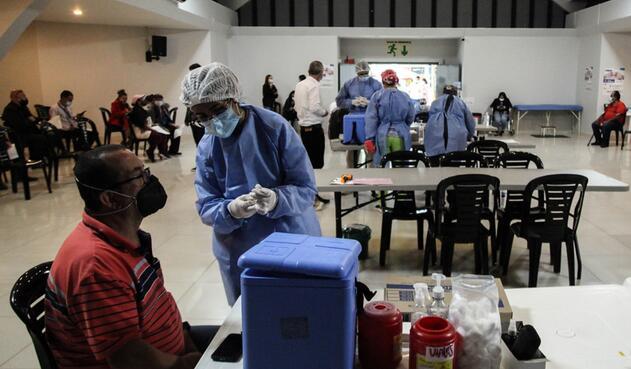 Vacunación de taxistas en Bogotá contra covid-19