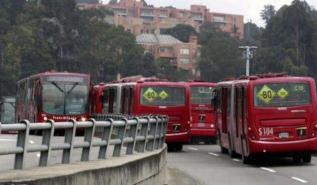 Empresa se retira de licitación para nueva flota de buses de Transmilenio.