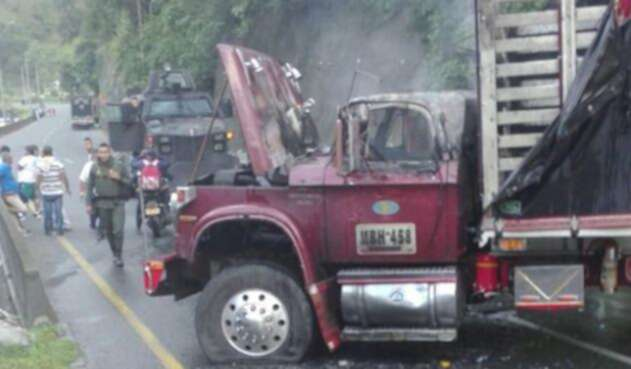 CamioneQuemadoviaBugaBuenaventuraLAFM.jpg