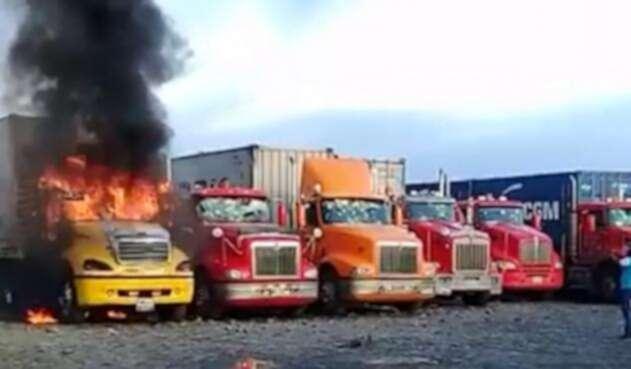 CamionesQuemadosBuenaventura1.jpg