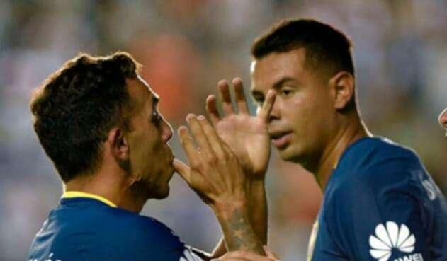 Carlos-Tévez-y-Edwin-Cardona-en-Boca-Juniors-FOTO-AFP.jpg