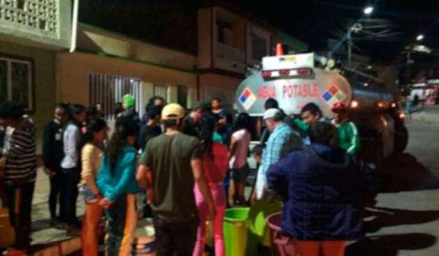 Carrotanques-con-agua-en-Vélez-LA-FM.jpg