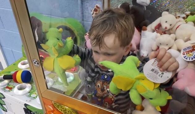 Jamie-nene-atrapado-maquina-de-juego-2.jpg
