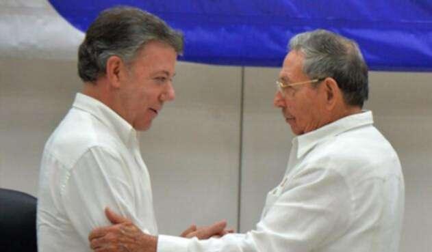Juan-Manuel-Santos-Raúl-Castro-LA-FM-AFP.jpg