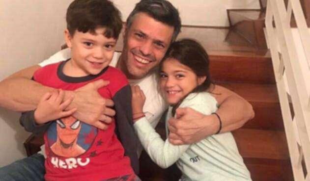 Leopoldo-con-sus-hijos.jpg
