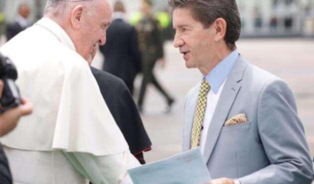 Papa-Francisco-y-Luis-Perez-@Luis_Perez_G-LA-FM.jpg