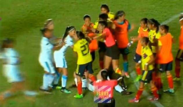 Pelea-niñas-selección-col-y-urugua.jpg