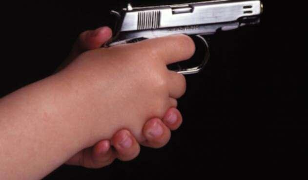 Hombre empuñando un revolver