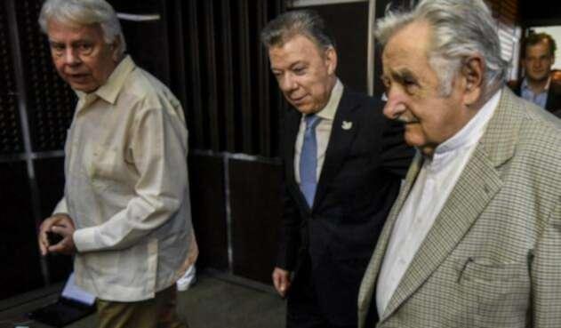 Santos-Gonzalez-Mujica-LA-FM-AFP.jpg