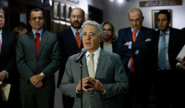 Uribe-y-su-guetto-Colprensa-Juan-Páez.jpg