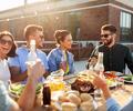 Jóvenes compartiendo un almuerzo