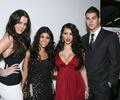 Khloe, Kourtney, Kimberly y Robert Kardashian en el estreno de Keeping up with the Kardashians, en 2007