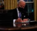 Joe Biden firma sus primeros decretos como presidente de EE.UU.