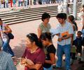 Personas hacen fila para realizar trámites