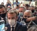 Le lanzan un huevo a Emmanuel Macron