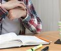 Estudiante está leyendo un libro