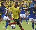 Wilmar Barrios y Éder Militao disputan la pelota en partido Colombia vs Brasil